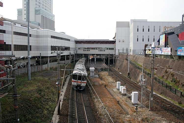 金山駅とJR中央線(2012年撮影)<br />[4/22]