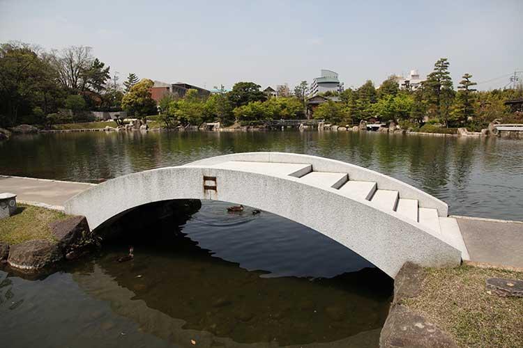 池泉回遊式の日本庭園<br />龍仙湖[3/20]