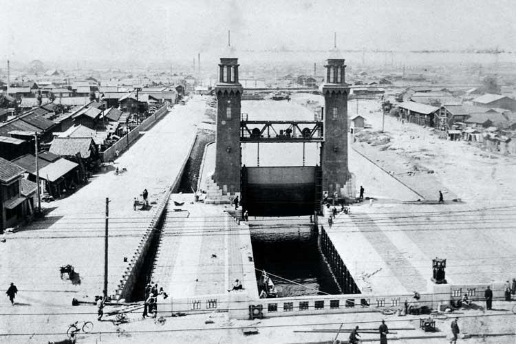 建設中の松重閘門<br>昭和5年(1930)建設開始[19/19]