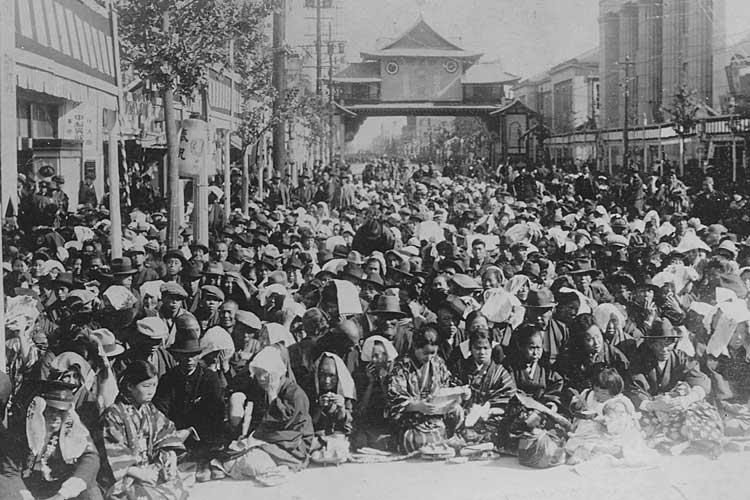 昭和天皇行幸を待つ人々<br>昭和4年(1929)[8/24]
